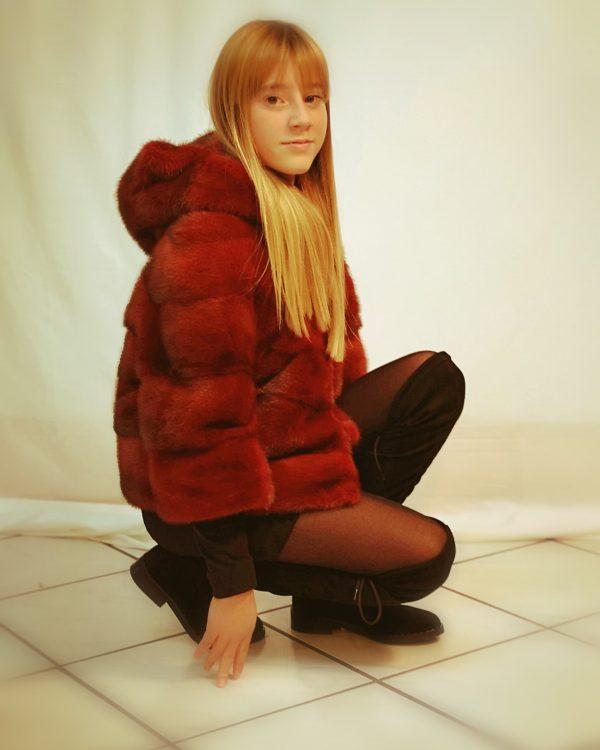 pelliccia colorata con cappuccio