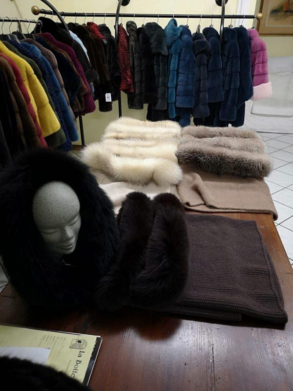 cappello con bordo in pelliccia